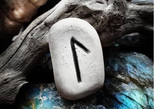 руна лагуз на камне
